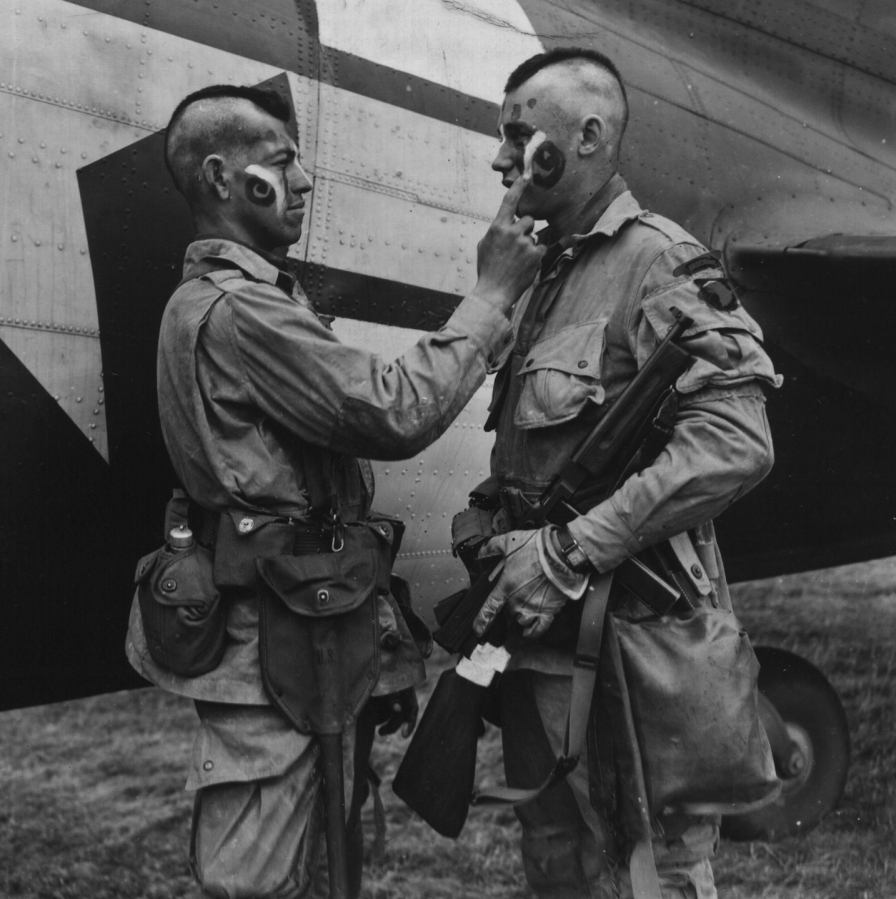 Paratroopers apply war paint